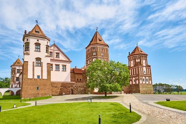 Complexe du château de mir en journée d'été avec ciel bleu nuageux. monument touristique en biélorussie, monument culturel, ancienne forteresse