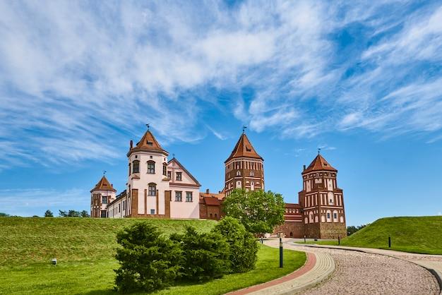 Complexe du château de mir en journée d'été avec ciel bleu nuageux. monument touristique en biélorussie, monument culturel