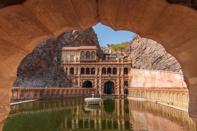 Complexe de galta ji à jaipur, en inde, également connu sous le nom de monkey temple.
