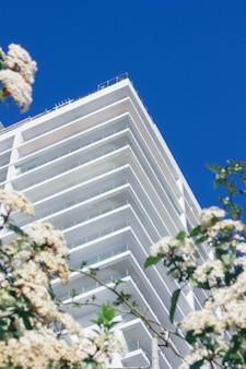 Complexe hôtelier moderne tourné à faible angle