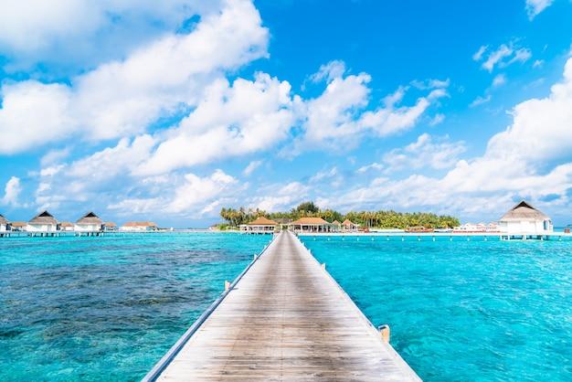 Complexe hôtelier tropical des maldives et île avec plage et mer