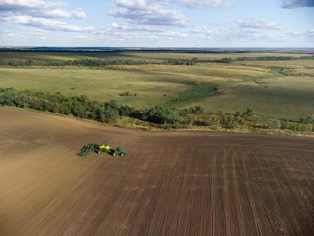 Complexe de semis de céréales dans un beau champ