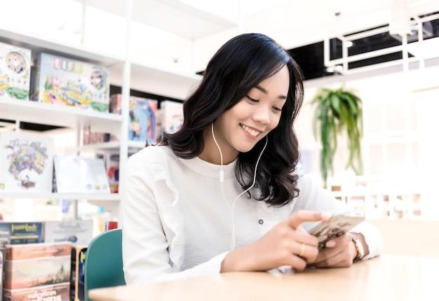 Comportement urbain chez les adolescentes asiatiques comme le shopping boire du café