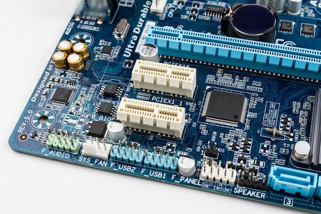 Composants électroniques sur la carte mère d'un ordinateur moderne