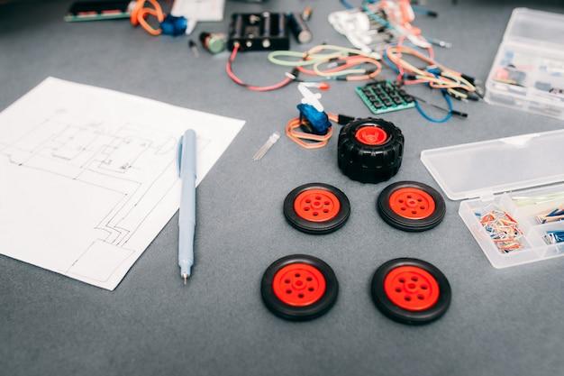 Composants et schéma de construction de voiture à la maison.