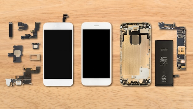 Composants de smartphone sur fond en bois