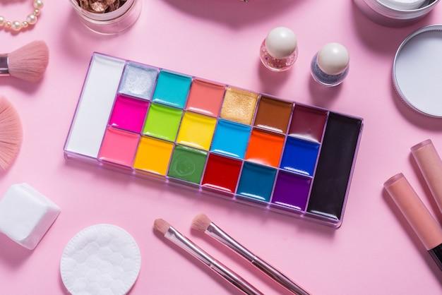 Composez la palette de peinture à la graisse sur la table de toilette femme