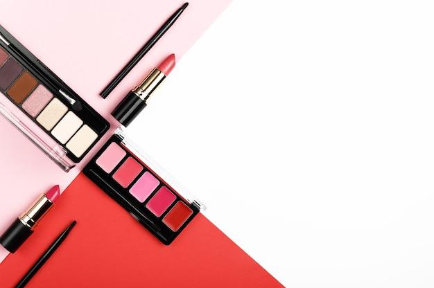 Composez les produits sur fond blanc, rose et rouge.