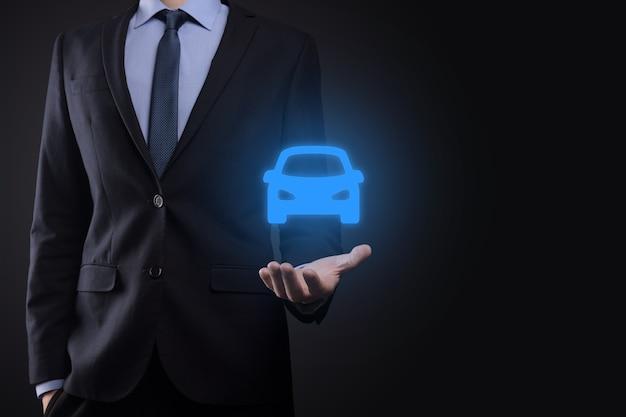 Composite numérique de l'homme tenant l'icône de la voiture. assurance automobile et services de voiture