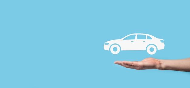 Composite Numérique De L'homme Tenant L'icône De La Voiture. Concept D'assurance Automobile Et De Services Automobiles. Homme D'affaires Avec Geste D'offre Et Icône De Voiture. Photo Premium