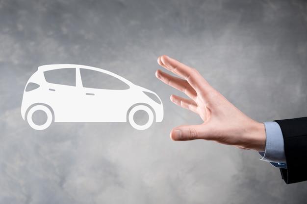 Composite numérique de l'homme tenant l'icône de la voiture. concept d'assurance automobile et de services automobiles. homme d'affaires avec geste d'offre et icône de voiture.