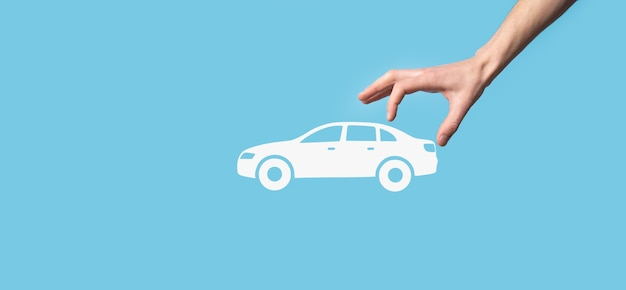 Composite numérique de l'homme tenant l'icône de la voiture. concept d'assurance automobile et de services automobiles. homme d'affaires avec geste d'offre et icône de voiture
