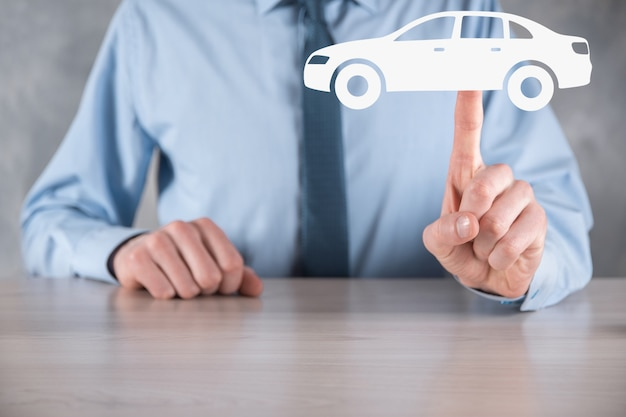 Composite numérique de l'homme tenant l'icône de la voiture. concept d'assurance automobile et de services automobiles.