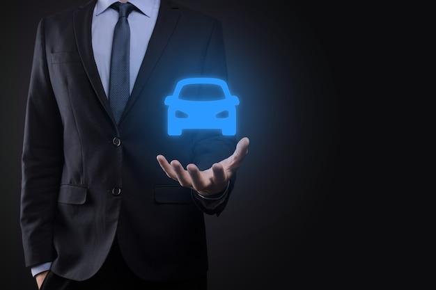 Composite numérique de l'homme tenant l'icône de la voiture.concept de services d'assurance automobile et de voiture