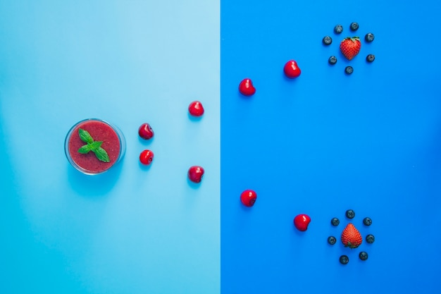 Composition abstraite avec des fruits rouges