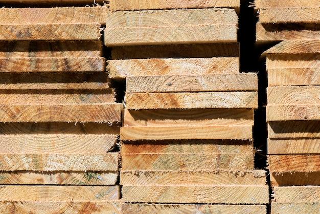 Composition abstraite avec des tas de planches en bois