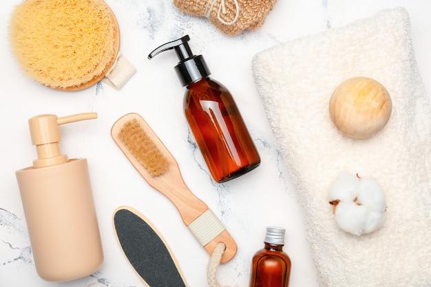 Composition avec accessoires de bain et cosmétiques sur surface claire