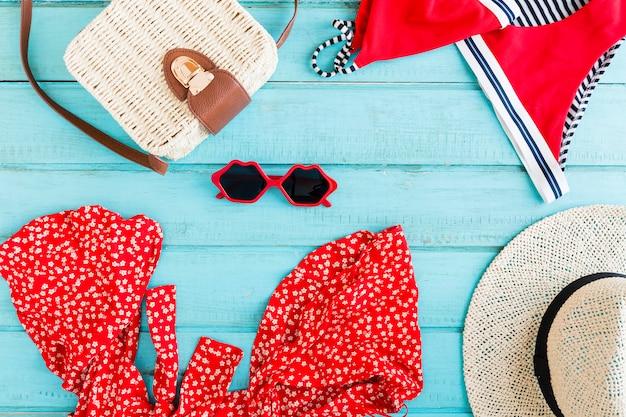 Composition d'accessoires d'été sur fond bleu