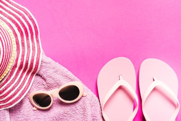 Composition d'accessoires de plage sur fond coloré