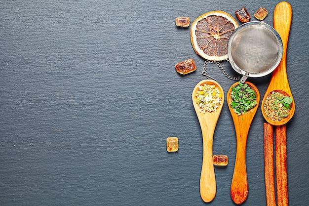 Composition d'accessoires de thé sur rustique