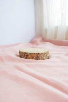 La composition affiche le produit. tiges en bois pour exposer des produits décorés de tissu. composition minimaliste mettant en vedette des produits