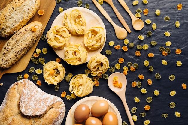 Composition alimentaire italienne avec différents types de pâtes