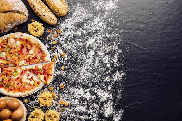 Composition alimentaire italienne avec espace à droite et farine