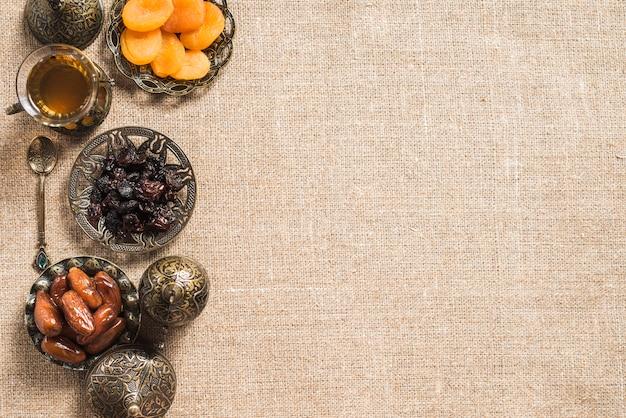 Composition des aliments pour le ramadan avec espace sur la droite