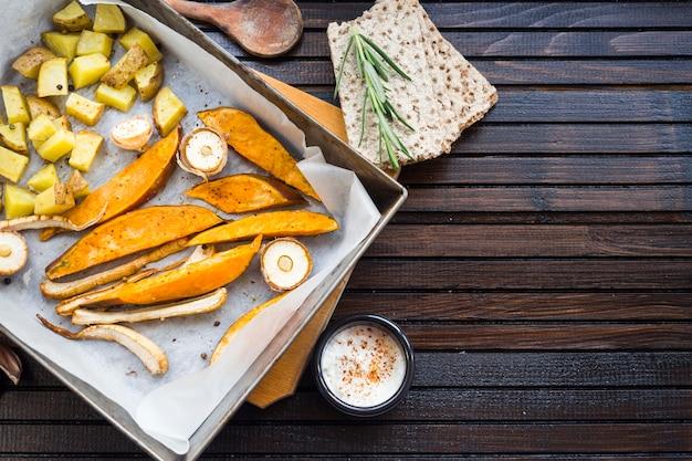 Composition d'aliments sains avec des pommes de terre au four