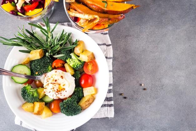 Composition d'aliments sains avec une salade colorée