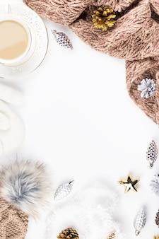 Composition d'ambiance de noël avec des décorations de boissons chaudes pour chapeau de chandail de noël, espace de copie