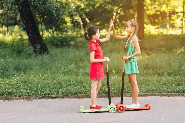 Composition d'amitié avec des petites filles