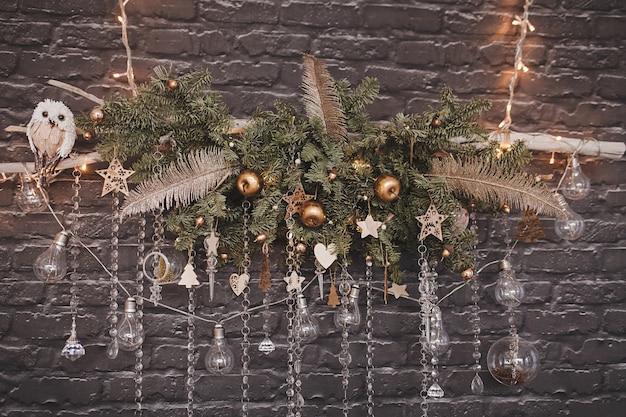 Composition d'ampoules et de boules sur une décoration de noël accrochée au mur