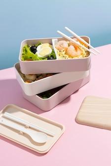 Composition à angle élevé de la boîte à bento japonaise