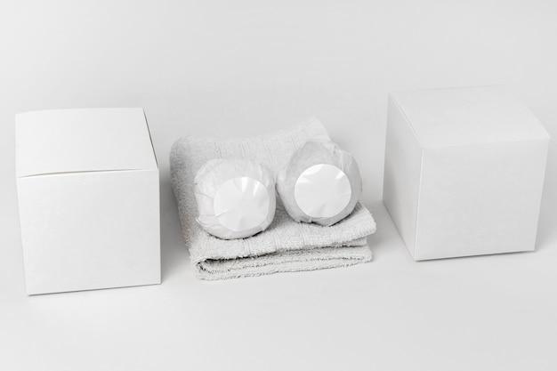 Composition d'angle élevé de bombes de bain sur fond blanc
