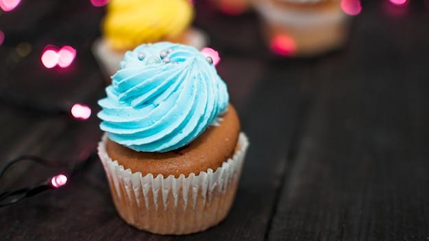 Composition d'anniversaire moderne avec un joli petit gâteau