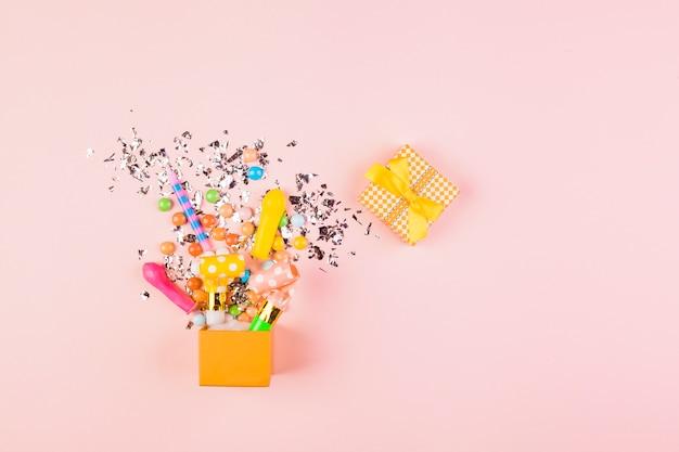 Composition d'anniversaire à plat avec fond