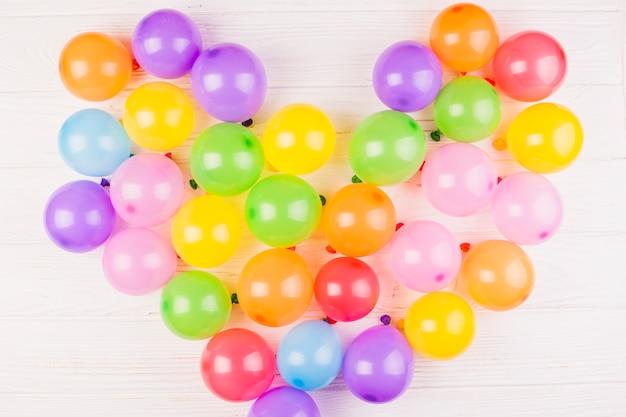 Composition d'anniversaire plat laïque avec des ballons