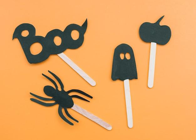 Composition avec applications d'halloween sur des bâtons