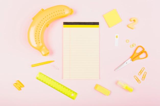 Composition d'approvisionnement scolaire sur le thème de la banane avec carnet