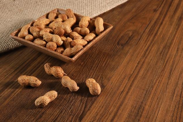 Composition d'arachide servant à faire de l'huile, du beurre d'arachide. idéal pour une alimentation saine et diététique. concept de: condiments, fruits secs, nourriture.