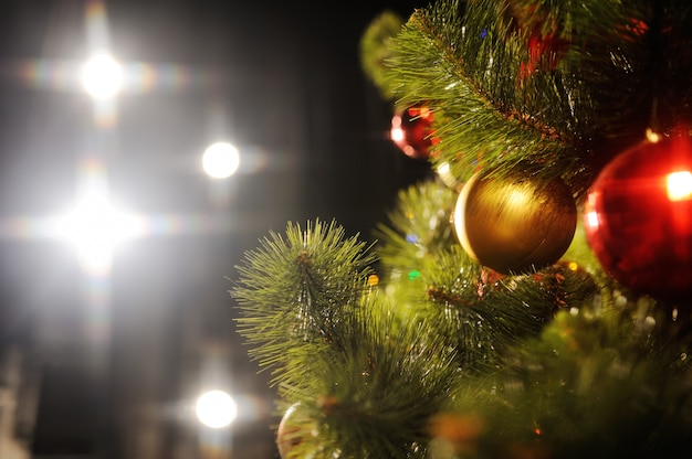 Composition d'arbre de noël, décorations de noël et lumières de noël