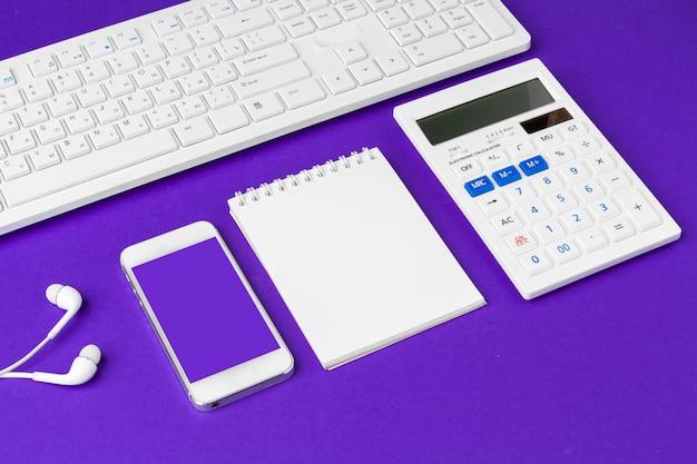 Composition d'articles de mode de vie de bureau sur violet, fournitures de bureau de clavier d'ordinateur sur le bureau dans le bureau