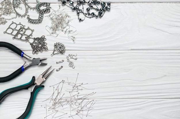 Composition artisanale faite à la main avec embellissements de perles