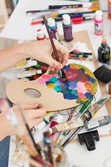 Composition artistique avec peinture et pinceau