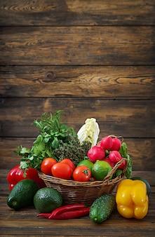 Composition avec assortiment de fruits et légumes biologiques crus régime détox
