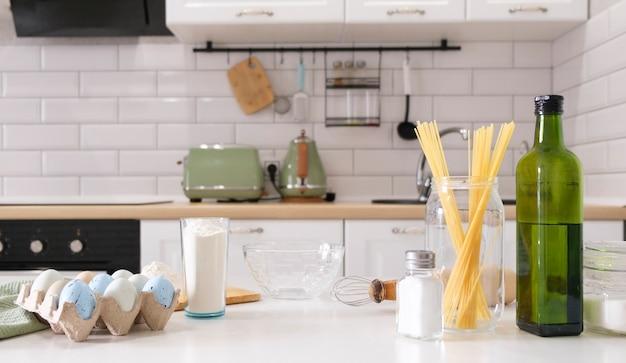 Composition avec assortiment de produits alimentaires et ustensiles de cuisine