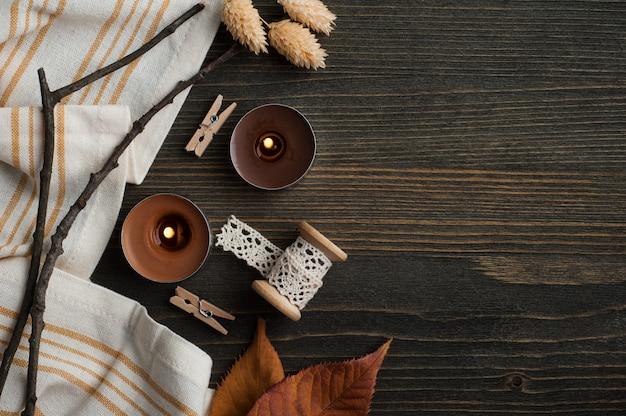 Composition automnale avec des feuilles et des bougies