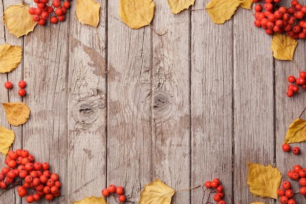 Composition d'automne avec de belles feuilles jaunes sur fond en bois. vue de dessus, mise à plat, tonification vintage. concept de détente automne