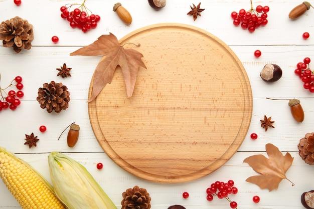 Composition d'automne sur blanc, cadre en pommes de pin, glands et châtaignes. mise à plat, vue de dessus.